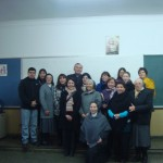 Obispo junto a profesores del colegio
